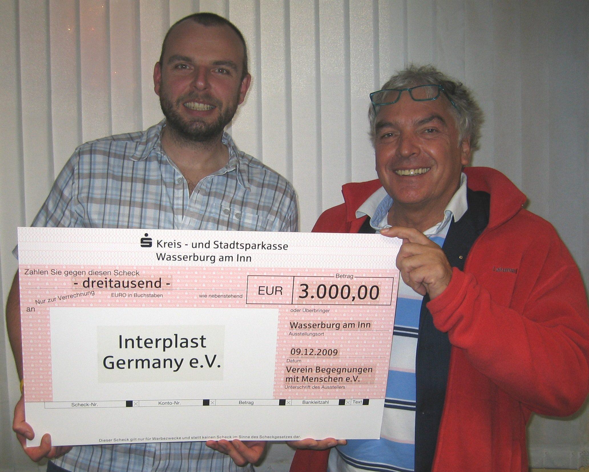 """Andreas Bauer vom Wasserburger Verein """"Begegnungen mit Menschen"""" und Prof Dr Hajo Schneck vom Ebersberger Förderverein Interplast e.V."""