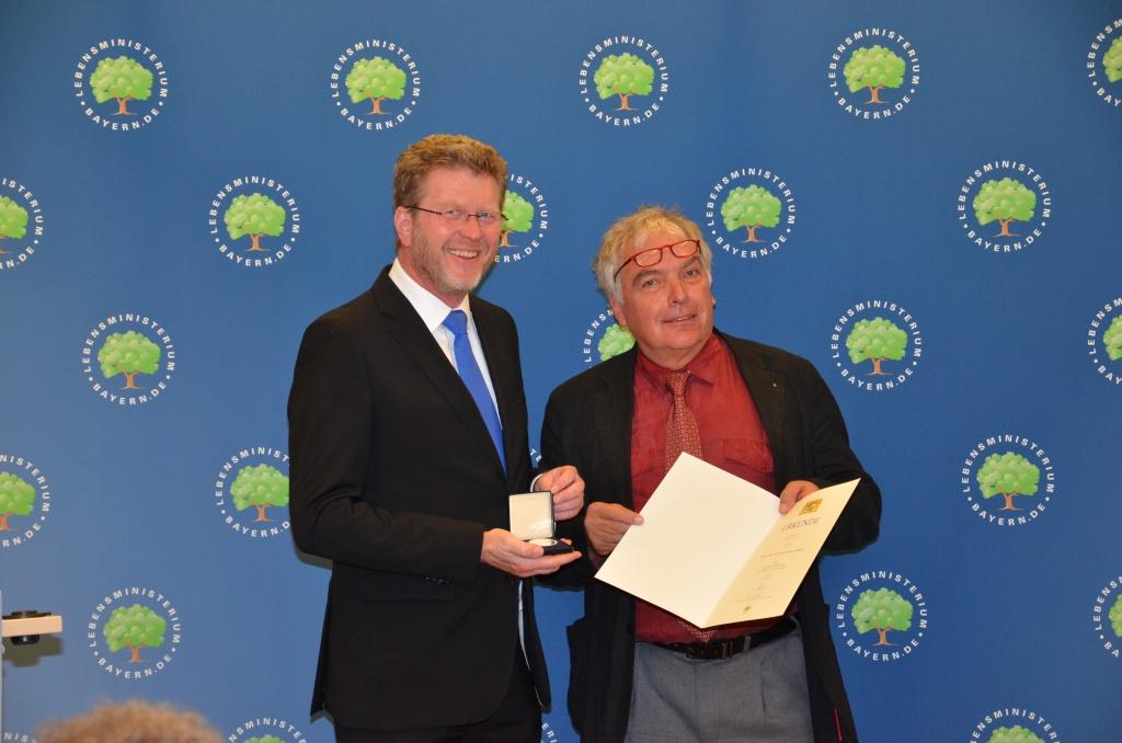 Gesundheitsminister Dr. Marcel Huber und EFI-Vorsitzender Prof. Dr. Hajo Schneck bei der Verleihung der Bayerischen Staatsmedaille