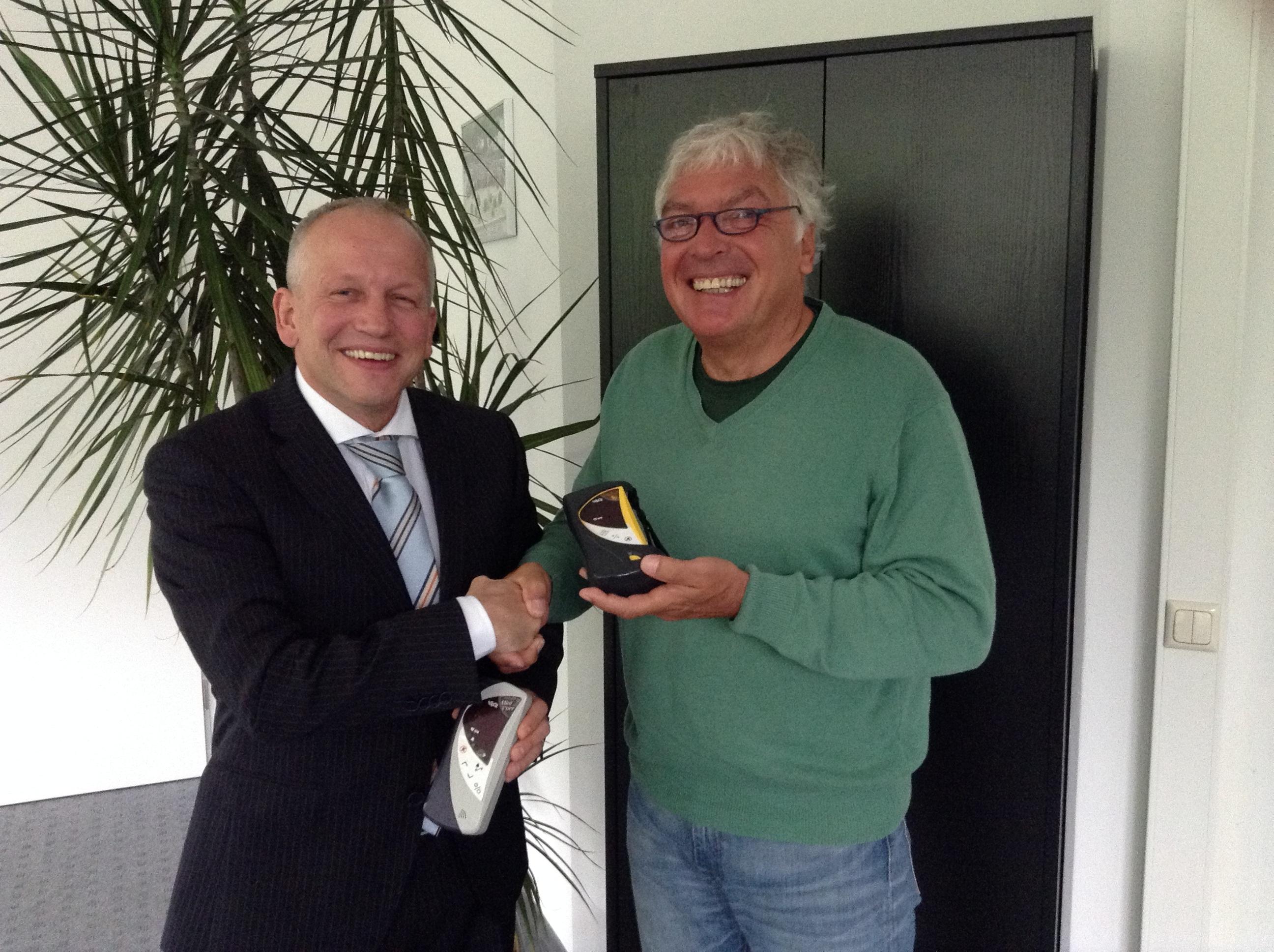 Vertriebschef K. Künstler von smiths medical und Prof Dr Hajo Schneck vom Ebersberger Förderverein Interplast e.V.