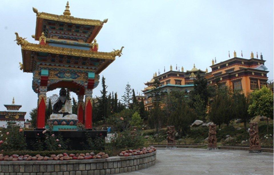 Eines der drei tibetisch-buddhistischen Klöster in Bir