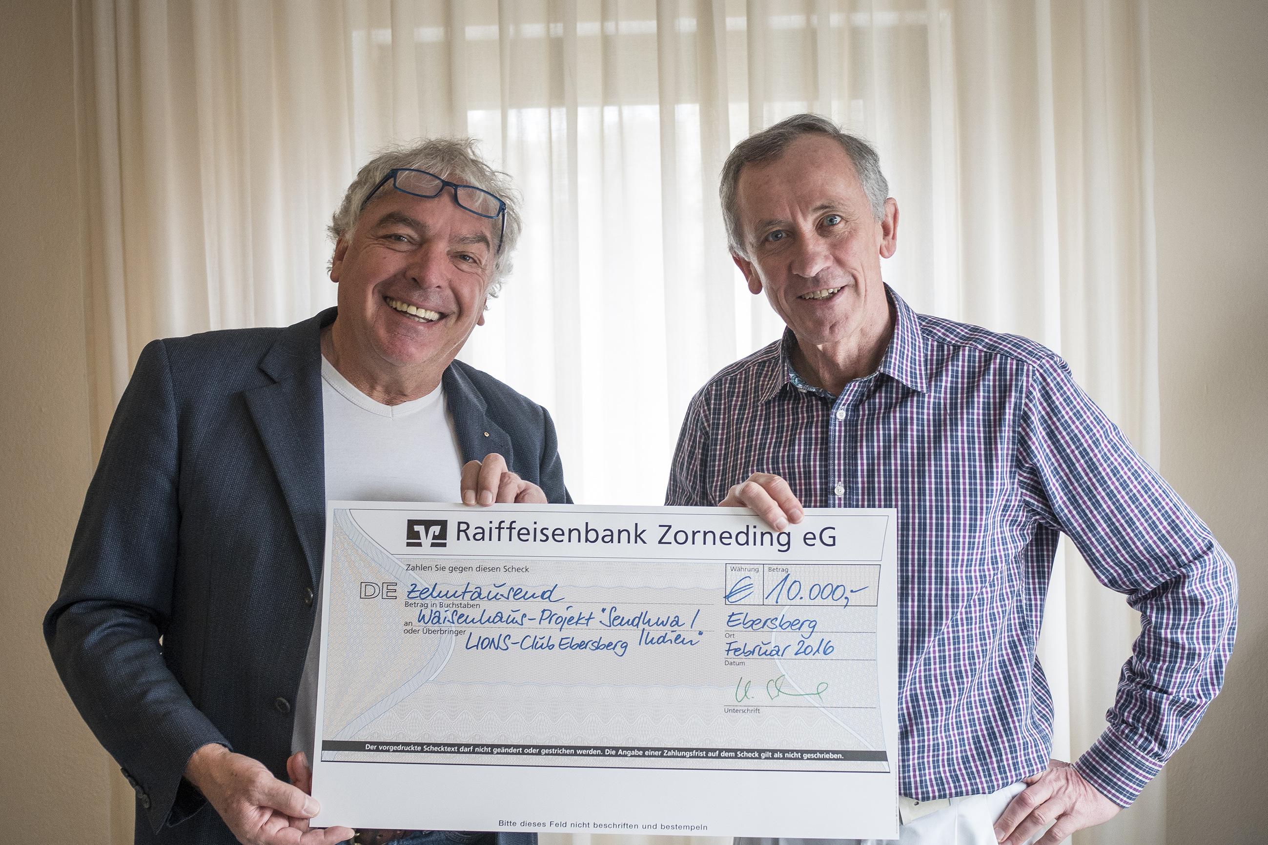 Symbolische Scheck-Übergabe mit DR. Franz Weinfurtner vom LIONS-Club Ebersberg und Prof Dr Hajo Schneck vom Ebersberger Förderverein Interplast e.V. (EFI e.V.) (foto: sro)